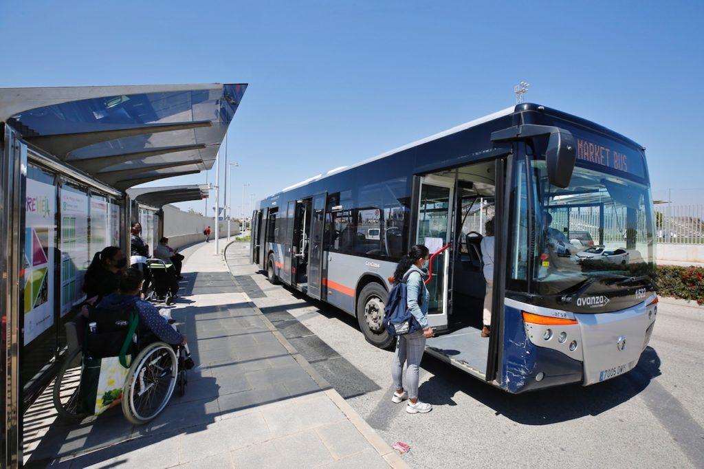 Autobús mercadillo de los viernes en Torrevieja